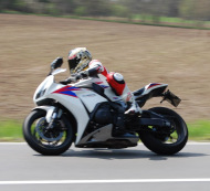 kurvenjaeger-motorradfahrer-unterwegs