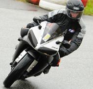 kurvenjäger | motorradfahrer-unterwegs-auf-der-Rennstrecke